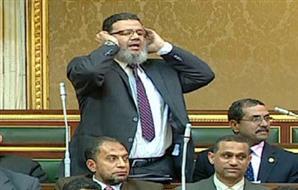 بالفيديو..ممدوح إسماعيل يؤذن للصلاة خلال