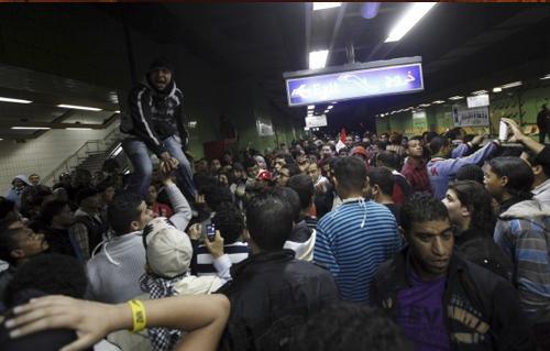 مجهولون يغلقون ابواب محطتي مترو السادات وعبدالناصر