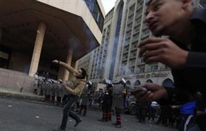 متظاهرون يجردون شخصًا ملابسه ويسحلونه 2013-634951434486887821-688_main_thumb300x190.jpg