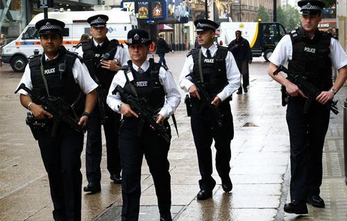 صفير وطلب وجبة دجاج .. تعرف على أغرب المكالمات التي تلقتها الشرطة البريطانية -