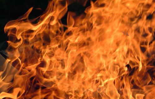 """حريق سيارة بسبب """"ركن الشيشة"""""""
