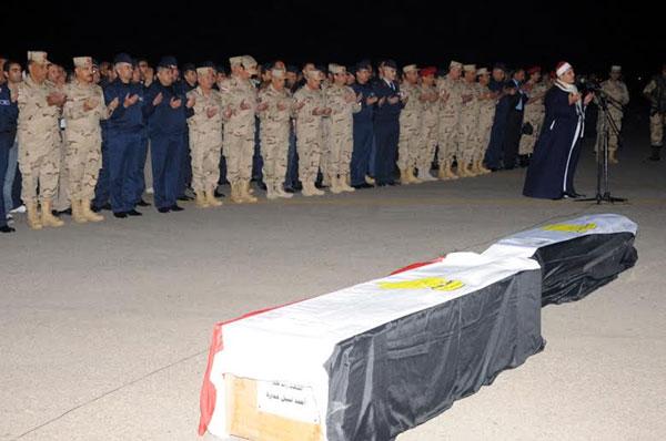 بالصور.. السيسي يتقدم جنازة شهداء الواجب ضحايا الطائرة العسكرية التي سقطت بشمال سيناء 2014-635263305931226494-122