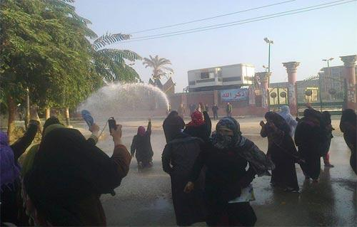قوات الأمن تفض مظاهرة لطالبات كلية البنات في أسيوط بخراطيم المياه وقنابل الغاز