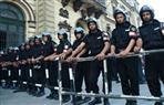 إجراءات أمنية مشددة بمحيط الكنائس.. ووضع حواجز حديدية لتحديد ممرات فرز آمنة لفحص المترددين