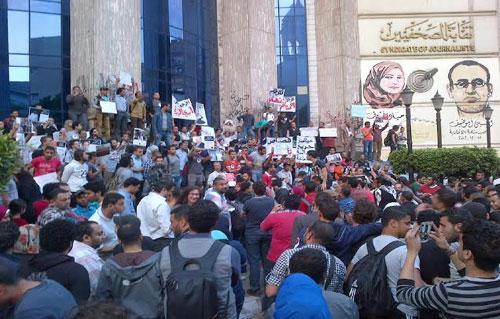 بالصور نشطاء يتظاهرون أمام  نقابة الصحفيين مطالبين بإسقاط قانون التظاهر ويهتفون ضد الداخلية والسيسي