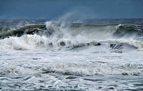الأرصاد أمواج المتوسط تتجاوز المترين والرؤية تنخفض على بعد  أمتار