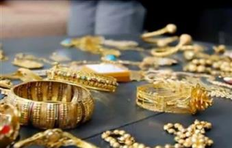 الذهب يسجل أدنى مستوى في 6 أسابيع ويتجه لأطول موجة خسائر شهرية في 20 عاما