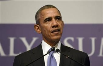 أوباما يمزح من أذنيه وشعره الرمادي مع إزاحة الستار عن لوحة زيتية له