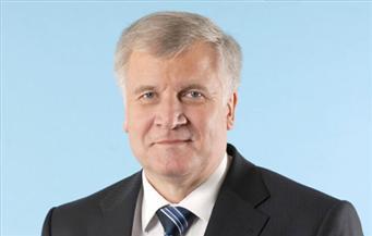 وزير الداخلية الألماني يستقيل بعد خلافات مع ميركل بشأن ملف الهجرة