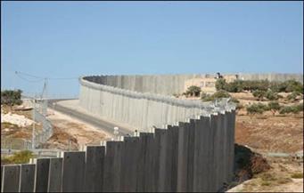 الجارديان: إسرائيل تعتزم بناء جدار عازل حول الأراضي الواقعة تحت سيطرتها