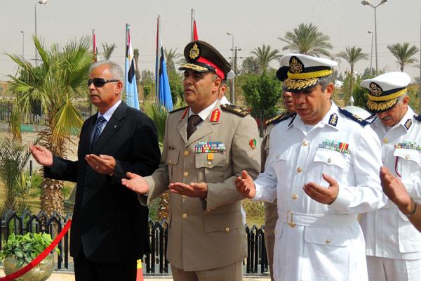 بالصور.. محافظ السويس ومدير الأمن وقائد الجيش الثالث يضعون ...