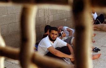 """""""العربية لحقوق الإنسان"""" تطالب بإرسال لجنة تحقيق دولية إلى السجون الإسرائيلية"""