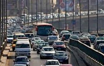 كثافات مرورية عالية بالمحاور والطرق الرئيسية بالقاهرة والجيزة