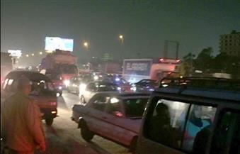 قائدو السيارات يجمعون الثمار المتناثرة على الدائري بسبب حادث