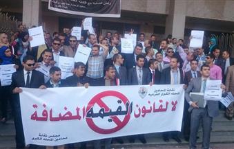 بالصور.. عشرات المحامين يُنظمون وقفة أمام مجمع محاكم المحلة الكبرى للتنديد بقانون القيمة المضافة