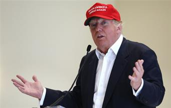 إحالة عناصر في الشرطة  الأمريكية للتأديب .. ترامب يوقع لأحد مناصريه على قبعة تحمل شعار حملته الانتخابي