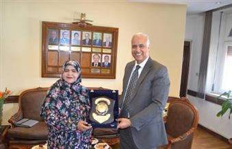 بالصور..رئيس جامعة الإسكندرية يستقبل الملحق الثقافي بسفارة عمان ويهديها درع الجامعة