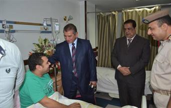 بالصور .. محافظ كفر الشيخ يطمئن على رئيس مباحث دسوق المصاب بطلق ناري