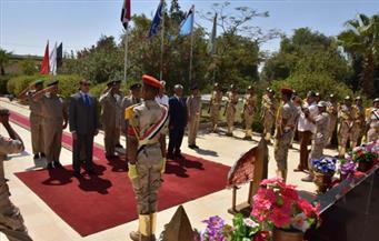 محافظ أسيوط يضع إكليل الزهور على النصب التذكاري للشهداء فى ذكرى نصر أكتوبر