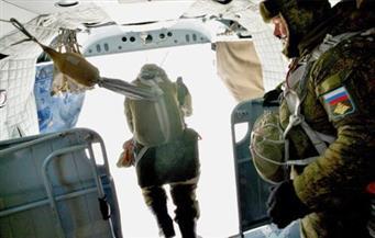 قوات المظلات المصرية والروسية تنفذان قفزة تدريبية مشتركة خلال تدريب حماة الصداقة