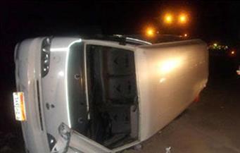 مصرع سائحة يابانية وإصابة 3 أشخاص في حادث انقلاب ميكروباص بطريق أبو سمبل