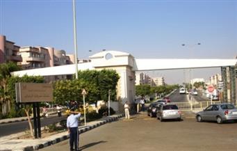 سكان الرحاب ينظمون وقفة احتجاجية على أبواب المدينة بعد قرار منع دخول سياراتهم
