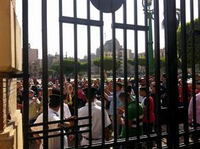 أولياء أمور يحاولون دخول محافظة القاهرة احتجاجا على عدم إلحاق أبنائهم بالمدارس التجريبية