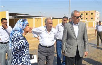 """بالصور.. محافظ قنا يتفقد مجمع شوادر """"نقادة"""" الجديد ووحدات الإسكان الاجتماعي"""