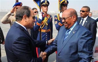 الرئيس السيسي يستقبل نظيره السوداني في مطار القاهرة