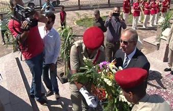 بالصور.. محافظ البحر الأحمر يضع أكاليل الزهور على النصب التذكاري في ذكرى انتصارات أكتوبر