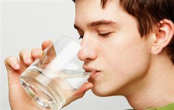 دراسة تتساءل.. هل تناول ثمانية أكواب من الماء يضر بصحتك؟