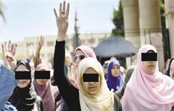 """القبض علي 4 فتيات رفعن علامة """"رابعة"""" في ميدان التحرير"""