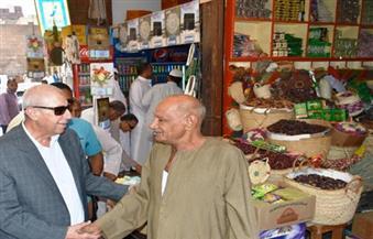 بالصور.. محافظ أسوان يتفقد عددا من الأسواق والمواقف للاطمئنان على الأسعار