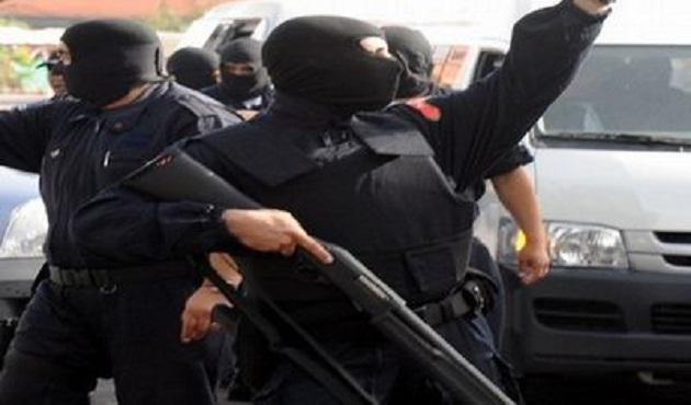 ضبط عاطل بحوزته بندقيتين آليتين بعد معركة مع الشرطة بأكتوبر