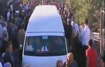 بالفيديو.. الجماهير تتدافع لالتقاط الصور التذكارية أثناء تشيع جثمان الراحل محمود عبدالعزيز