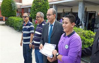 بالصور: وكيل وزارة التعليم يكرم طالبًا فاز بالمركز الأول في بطولة الجودو ببورسعيد