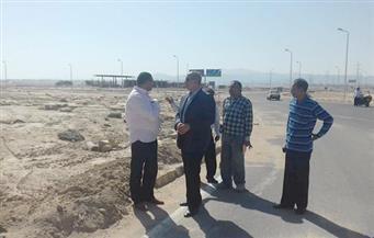 بالصور.. محافظ البحر الأحمر يتفقد كمين المطار بالغردقة ومخرات السيول بسفاجا