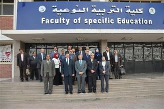 """رئيس جامعة المنيا يلتقي أعضاء هيئة تدريس كليتي النوعية والألسن لبحث استعدادات """"الاعتماد والجودة"""""""