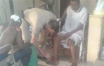 ضابط شرطة يُسعف مصابين اثنين في حادث بأسوان