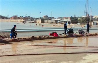 بالصور.. رجال الحماية المدنية يصلون الليل بالنهار فى إزالة آثار السيول برأس غارب