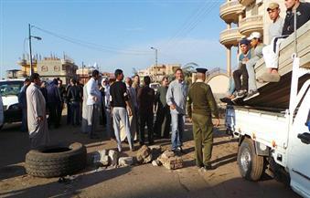"""بالصور.. العشرات من سائقي """"شنو"""" بكفر الشيخ يضربون عن العمل ويقطعون الطريق"""