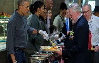 أوباما وميشيل يقدمان الطعام في عيد الشكر