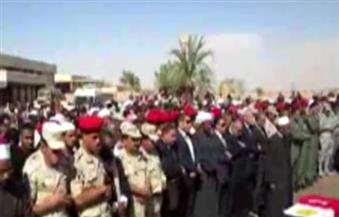 بالفيديو.. محافظ أسوان ومدير الأمن يؤديان صلاة الجنازة على شهداء الواجب بمطار أسوان