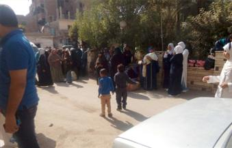 بالصور.. أهالي 12 مريضًا يقتحمون غرفة مدير مستشفى إطسا بالفيوم بسبب إهمال طبيب تخدير