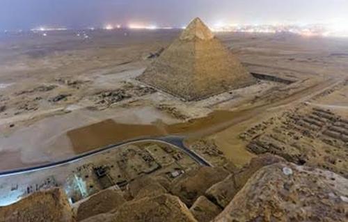 محافظة الجيزة ترفع 1500 طن مخلفات من أراضي فضاء بهضبة الأهرام -