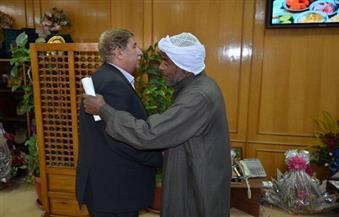 بالصور..  محافظ الإسماعيلية يستقبل والد وشقيق الشهيد أحمد عبد الوهاب