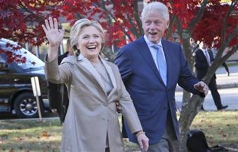 هيلاري كلينتون تدلي بصوتها في الانتخابات الرئاسية الأمريكية بمدرسة ابتدائية قرب منزلها