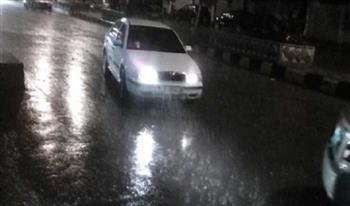 """شوارع كفر الشيخ """"تغرق"""" في مياه الأمطار.. ومراكب الصيد تمتنع عن الإبحار لارتفاع الأمواج"""