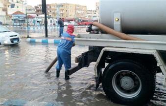 بالصور.. الدفع بوحدات وعناصر الصرف الصحي المجهزة في شوارع وميادين مطروح لمنع تراكم المياه