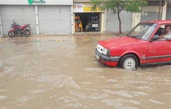 """بالصور.. الأمطار تغرق شوارع  """"البحيرة"""".. والمحافظ يتابع إزالة تراكمات المياه"""